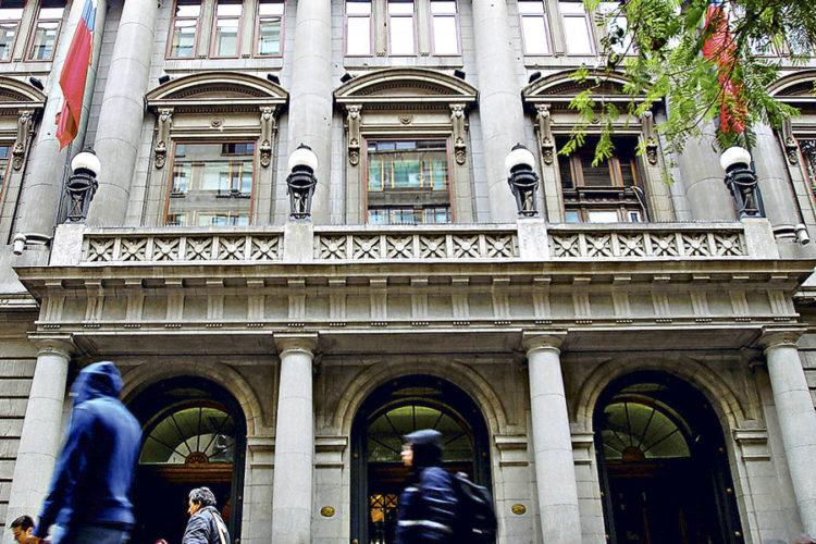 """ARTÍCULO: """"La Familia Fürst no para y realiza nueva compra de acciones en matriz de Banco de Chile"""""""