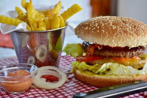"""ARTÍCULO: """"Chilenos aumentaron en 5,8% su consumo de comida rápida en 2018"""""""
