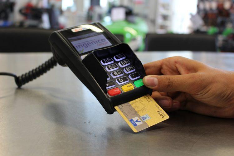 """ARTÍCULO: """"¿Con tarjeta o efectivo? 38% del gasto personal se paga con plástico en Chile"""""""