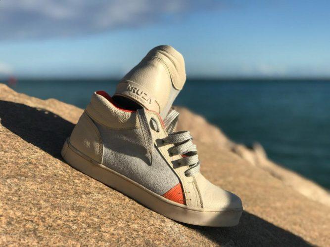 """ARTÍCULO: """"Kruza: la empresa chilena que fabrica zapatillas a partir de velas de barco, caucho, alas de parapente y cuero reciclado"""""""