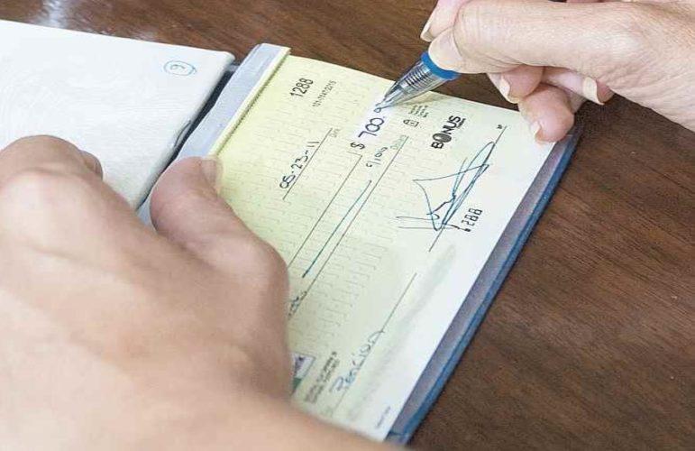 """ARTÍCULO: """"Uso de cheques entre personas cae más de 50% en los últimos seis años"""""""