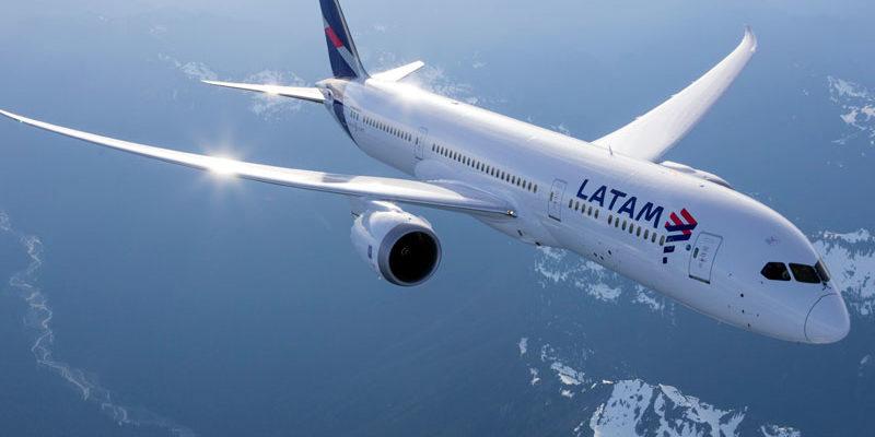 """ARTÍCULO: """"Latam lanza nuevo servicio premium economy en todos sus vuelos domésticos e internacionales"""""""