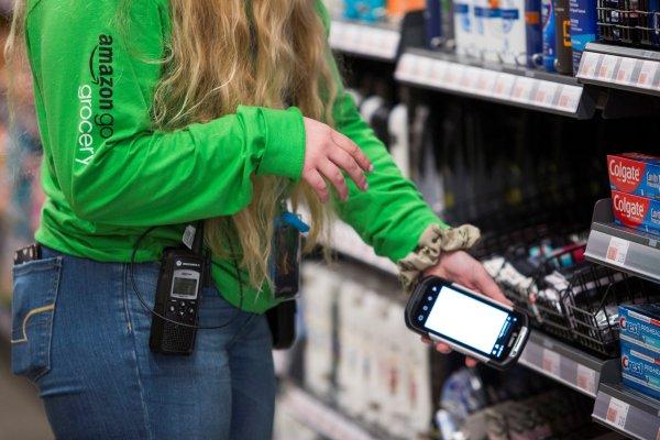 """ARTÍCULO: """"Amazon expande presencia con gran tienda física sin cajeros"""""""